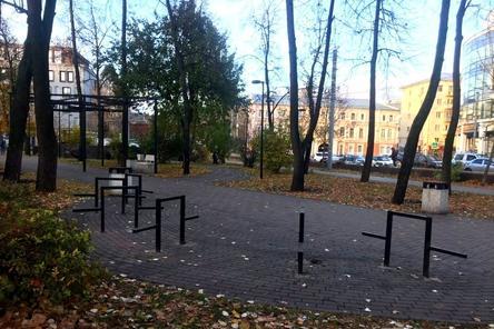 Скамейки и столы в сквере на Черном пруду демонтировали для ремонта