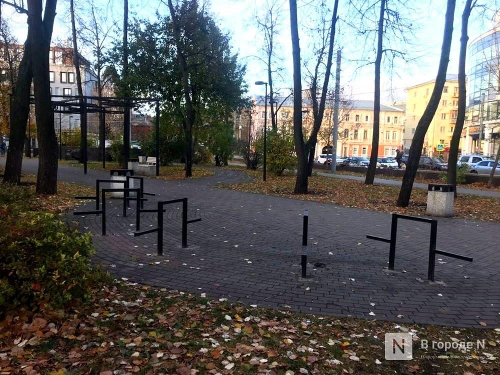 Скамейки и столы в сквере на Черном пруду демонтировали для ремонта - фото 1