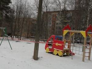 Сигнальными лентами огораживают детские площадки и парки в Нижнем Новгороде