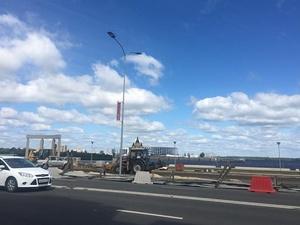 Синий забор на Нижне-Волжской набережной снес ветер (ФОТО)