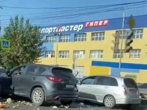 Соцсети: ДТП с перевозившей яблоки машиной спровоцировало пробку на Московском шоссе