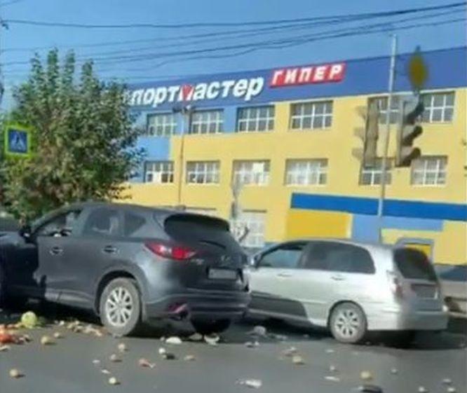 Соцсети: ДТП с перевозившей яблоки машиной спровоцировало пробку на Московском шоссе - фото 1