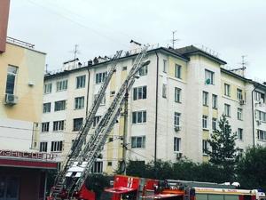 Пожар во время кровельных работ случился на многоэтажном доме в Верхних Печерах