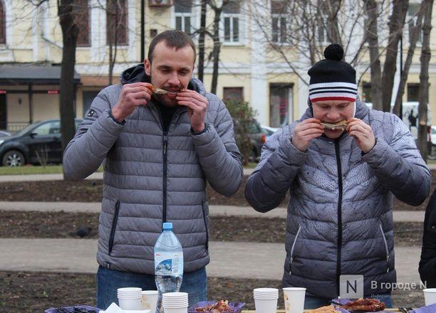 Чемпионы по поеданию ребрышек съели порцию за три минуты в Чернопрудском сквере - фото 24