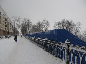 Синий забор останется на Нижне-Волжской набережной до конца реконструкции