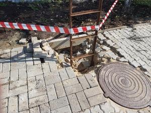 Тротуар на Мызе обвалился из-за размытого грунта (ФОТО)
