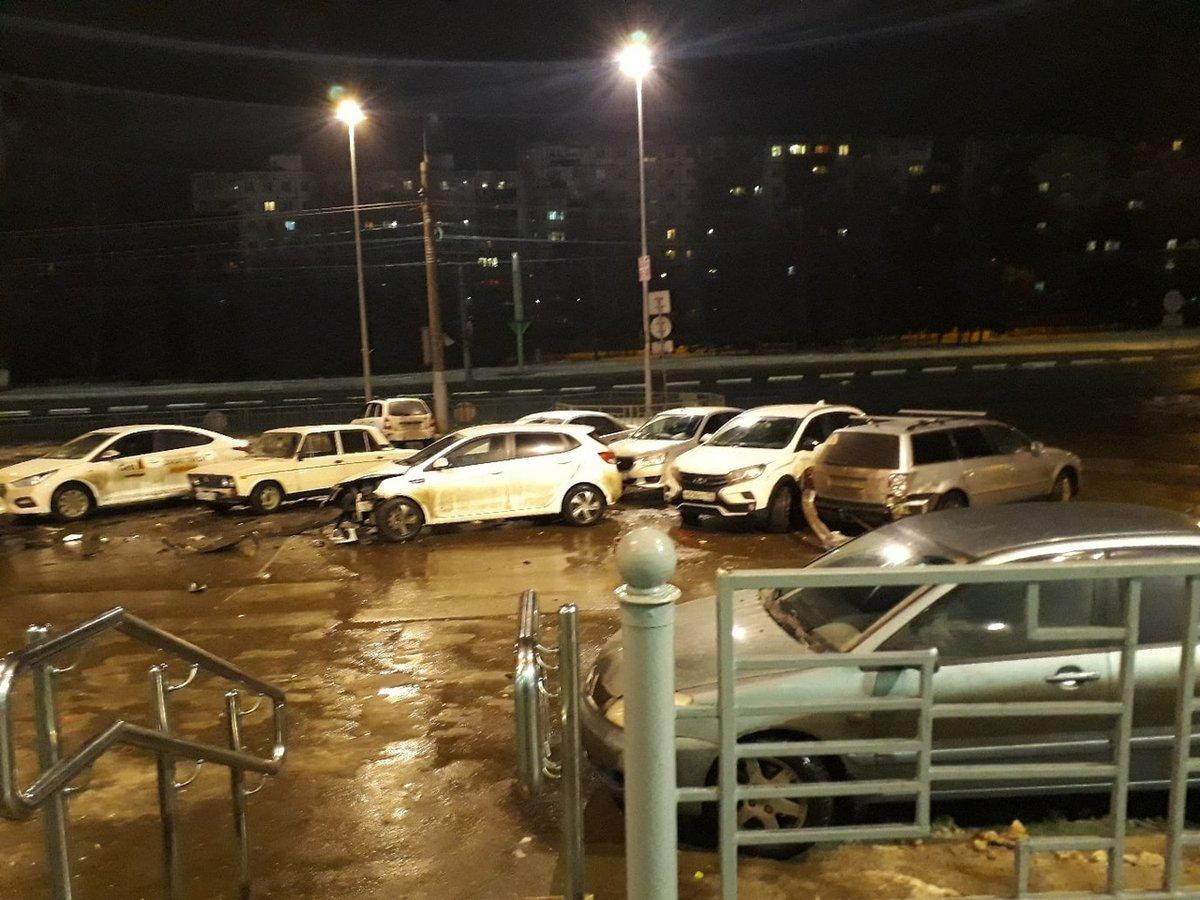«Отключился за рулем»: нижегородец помял шесть автомобилей на парковке в Щербинках - фото 1