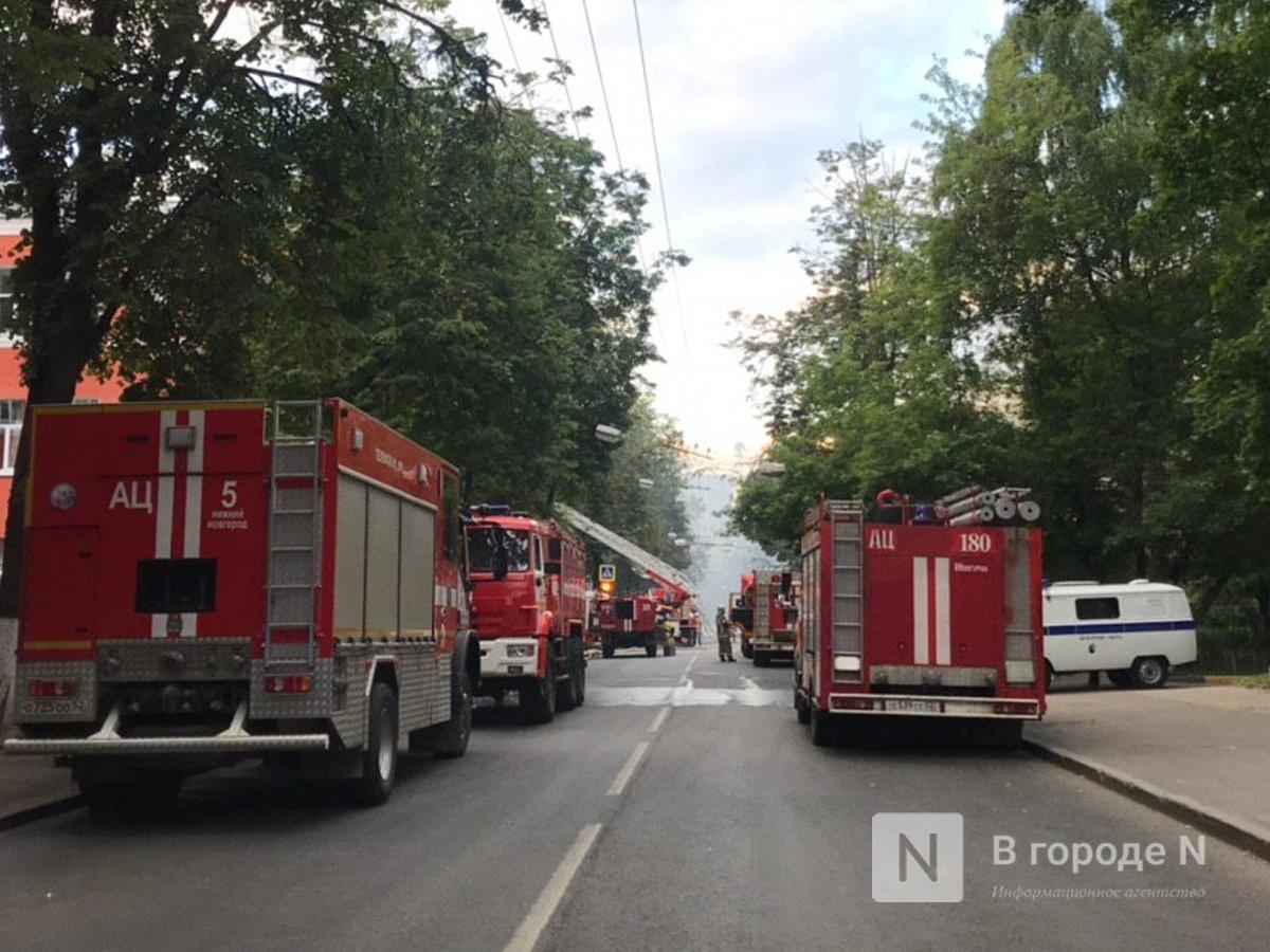 Спасатели эвакуируют ценности из горящего Литературного музея на улице Минина - фото 2